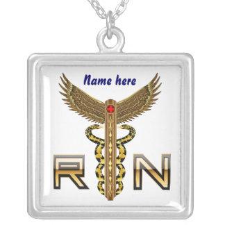 La enfermera RN Cust, corrige el cambio detrás col Grimpola Personalizada