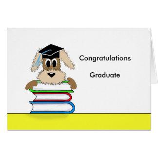 La enhorabuena gradúa el perro en pila de libro tarjeta