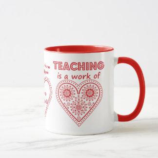 La enseñanza es un trabajo del corazón - taza