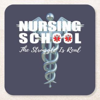 La escuela de enfermería la lucha es real posavasos cuadrado de papel