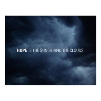 La esperanza es el sol detrás de las nubes postal