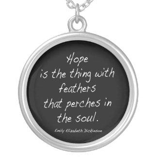 La esperanza es la cosa… collar plateado