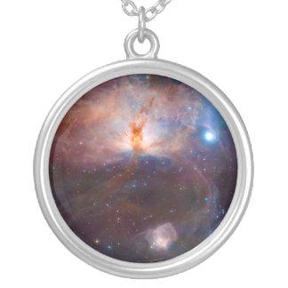 La estrella de la nebulosa NGC 2024 de la llama Colgante Redondo