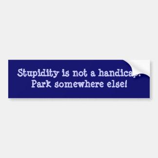 La estupidez no es una desventaja pegatina de parachoque