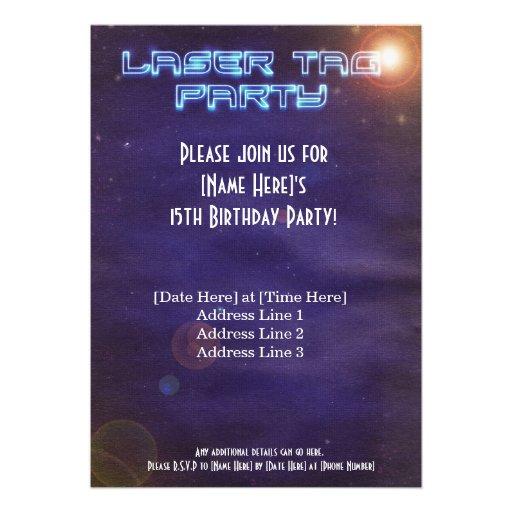 La etiqueta azul y púrpura del laser invita invitación personalizada