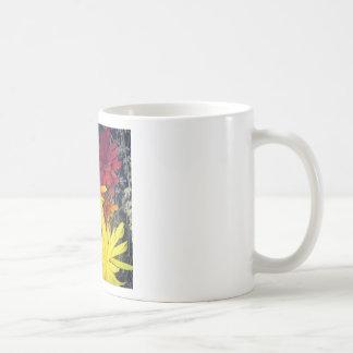 La felicidad es flores de madera hechas a mano taza de café