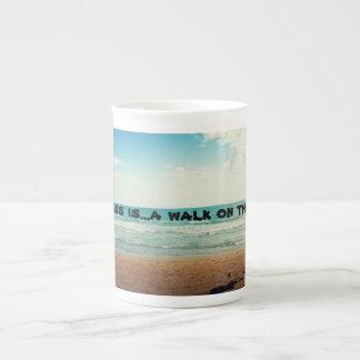 La felicidad es un paseo n la playa taza de porcelana