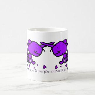 La felicidad es unicornios púrpuras en el juego taza de café