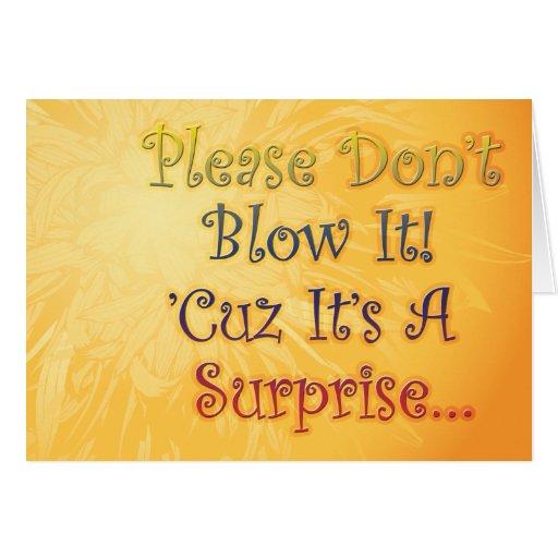 La fiesta de cumpleaños de la sorpresa invita para tarjeta de felicitación