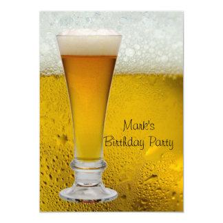La fiesta de cumpleaños sirve la cerveza para invitación 12,7 x 17,8 cm