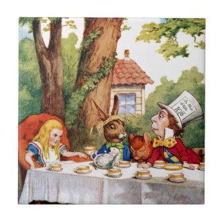 La fiesta del té del sombrerero enojado en el país azulejo cuadrado pequeño