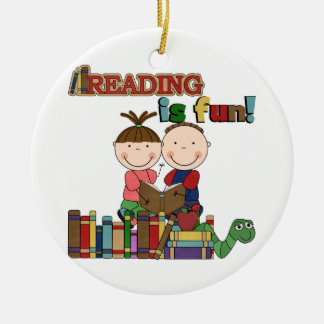La figura lectura del palillo de los niños es adorno redondo de cerámica