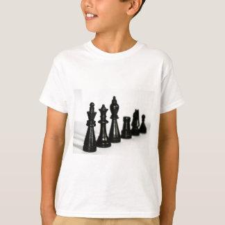 La figura negra del ajedrez junta las piezas de camiseta