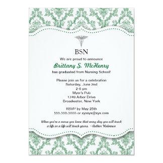 La fijación verde de la graduación de la enfermera invitación 12,7 x 17,8 cm