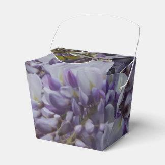 La flor púrpura saca la caja del favor