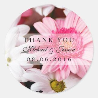 La flor rosada del crisantemo le agradece las pegatina redonda