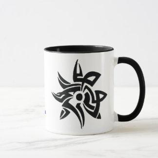 La flor tribal erosiona la taza