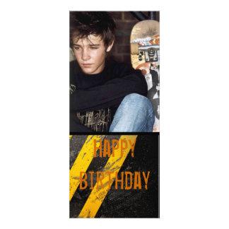 la foto adolescente urbana del muchacho de la anuncio personalizado