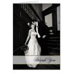 La foto de encargo elegante del boda le agradece c felicitaciones