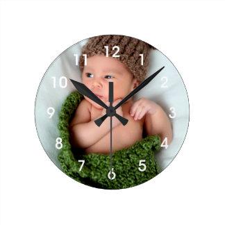 La foto personalizada lo hace usted mismo reloj redondo mediano