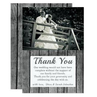 La foto rústica del boda le agradece las tarjetas
