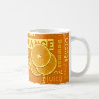 La fruta anaranjada corta el error tipográfico - taza de café