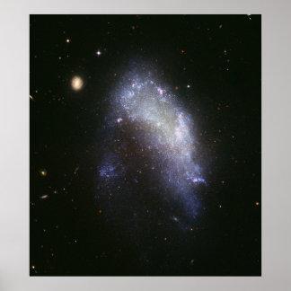 La galaxia NGC 1427A hunde hacia la galaxia de Póster
