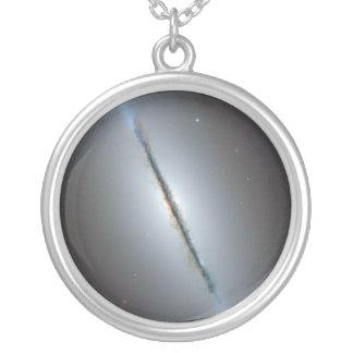 La galaxia NGC 5866 102 más sucios del eje Colgante Redondo