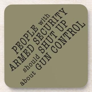 La gente con seguridad armada debe cerrar para posavasos para bebidas