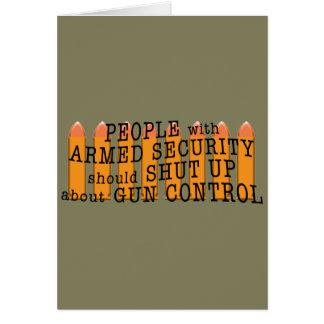 La gente con seguridad armada debe cerrar para tarjeta de felicitación