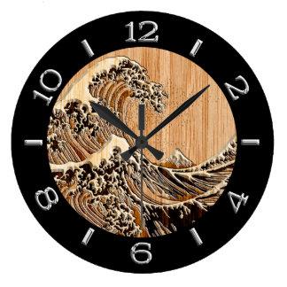 La gran onda de Hokusai en el dial de bambú del Reloj Redondo Grande