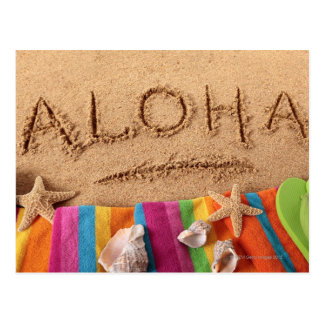 La hawaiana de la palabra escrita en una playa are postales
