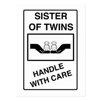 La hermana de gemelos dirige con cuidado postal