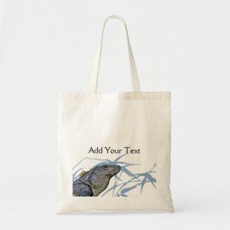La iguana azul con el azul sale de la bolsa de asa