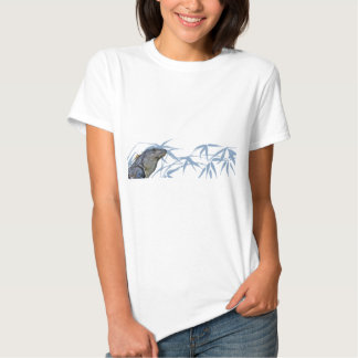 La iguana azul con el azul sale de la camiseta