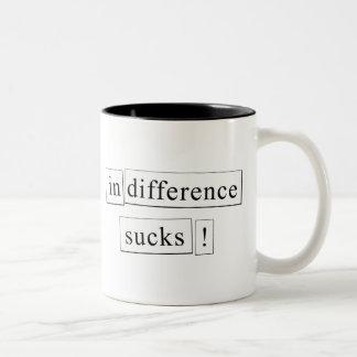 ¡la indiferencia chupa! taza de café de dos colores