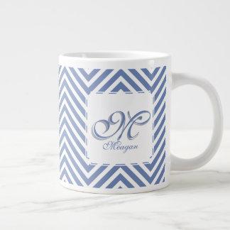 La inicial y el nombre del monograma en azul y taza de café gigante