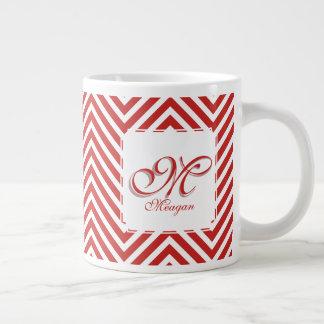 La inicial y el nombre del monograma en rojo y taza de café gigante