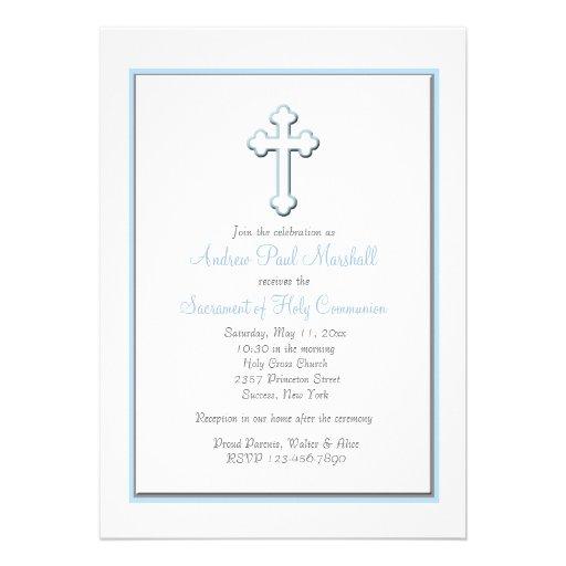 La invitación religiosa cruzada azul del muchacho