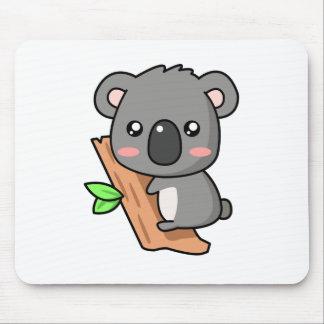 La koala linda del dibujo animado refiere el árbol alfombrilla de ratón