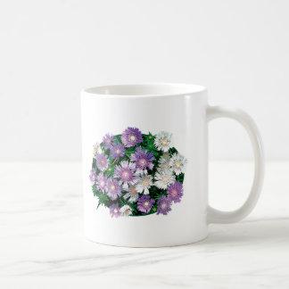 La lavanda y el blanco alimenta asteres tazas de café