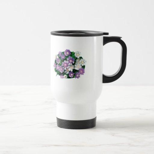 La lavanda y el blanco alimenta asteres taza de café