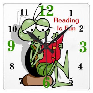 La lectura adorable es reloj de la diversión para