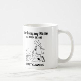 La limpieza de la alfombra mantiene la taza del