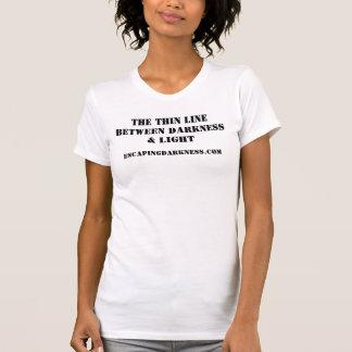 La línea fina entre la oscuridad y la luz camisetas