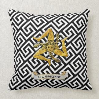 La llave griega siciliana de Trinacria personaliza Cojín Decorativo