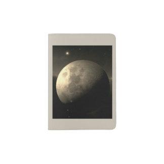 La luna en tenedor del pasaporte portapasaportes