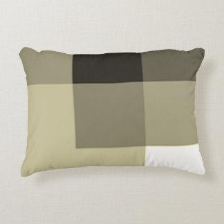 La luz ámbar sombrea la almohada del acento por