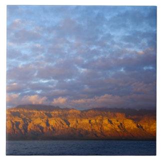 La luz de la mañana saluda a Sierra de la Giganta Tejas Ceramicas