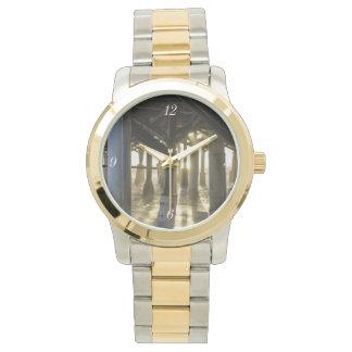 La luz de oro brilla a través reloj de pulsera